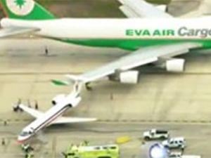 Eva Air Cargo uçağı, yolcu uçağına çarptı