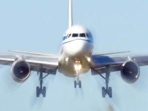 Rusya'da motoru arızalı uçak geri döndü