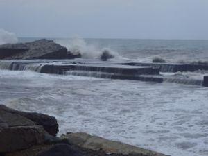 Çılgın Karadeniz dalgaları kıyıları yutuyor