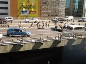 Mecidiyeköy'de metrobüs yoldan çıktı