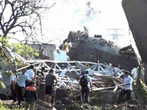 Eğitim uçağı askeri lojmanlara çakıldı
