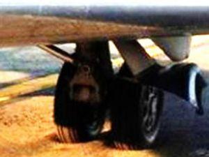 ABD'de uçak sıcakta eriyen piste gömüldü