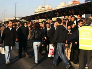 Yeni metrobüs durağında gişe izdihamı