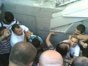 Metrobüs durağında çukurun içine düştüler