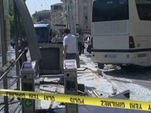 Yolcu otobüsü tramvay durağına girdi