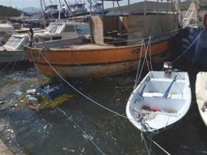 İzmir'de bir tekne fırtınaya dayanamadı