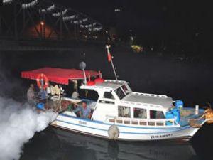 Tekneyle sivrisinek mücadelesi yapılıyor