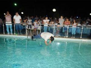 İkramiyeyi duydu kendini havuza attı