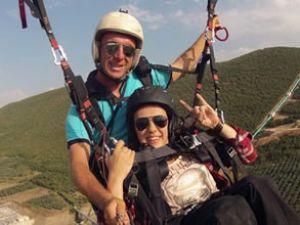 Yürüme engelli kız, tandem pilotuyla uçuş yaptı