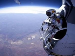 Baumgartner, 3 bin 700 metreden atladı