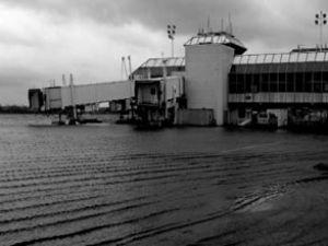 Havaalanı'nda 4 bin turist mahsur kaldı