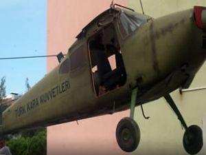 THK eğitim uçağını okul bahçesine indirdi