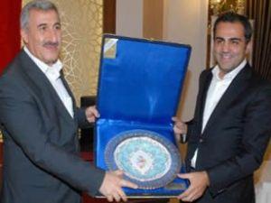 İÇTAŞ`tan DHMİ yönetimine plaket verildi