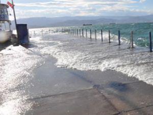 İzmit Körfezi'nde deniz bir metre yükseldi