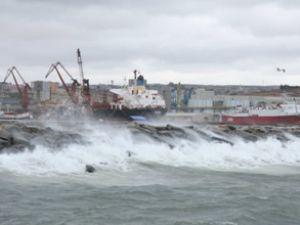İskenderun'da fırtına deniz trafiğini vurdu