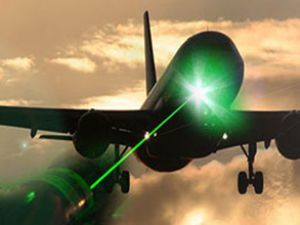 Magandalardan uçağa lazer tutuldu