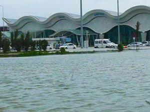 Sel, Hatay Havaalanı'nı sular altında bıraktı