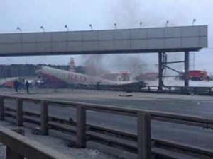 Moskova'da yolcu uçağı otoyola savruldu