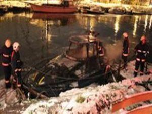 Kadıköy'de limanda demirli tekne yandı