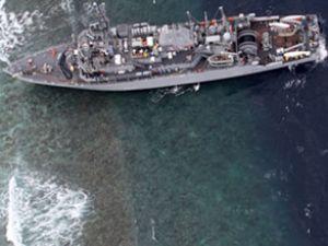ABD gemisi Filipinler'de kayalığa oturdu