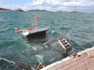 Foça'da fırtına limandaki tekneyi batırdı