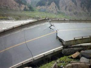 Çin'de otoyolda köprü çöktü: 26 ölü
