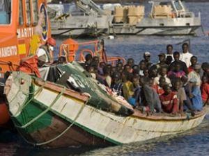 100 kişilik feribot tekneyle çarpıştı