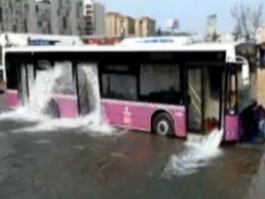 Otobüsteki yolcular boğulma tehlikesi geçirdi