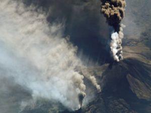 Etna bir kez daha lav, kül ve duman kustu