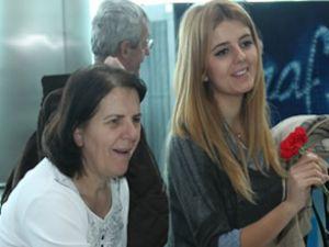 Tav, kadın yolcularını çiçeklerle karşıladı