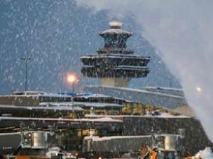 İngiltere'de uçak seferlerine kar engeli