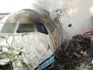 ABD'de yolcu uçağı acil iniş yaparken düştü