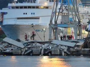 İtalya'da gemi kontrol kulesine çarptı