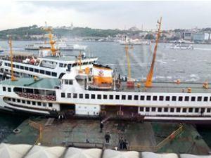 Karaköy'de iki yolcu vapuru çatıştı