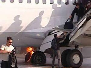 Uçağın tekeri iniş sırasında alev aldı