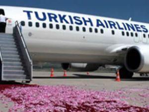 THY uçağını gülsuyu ve güllerle karşıladılar