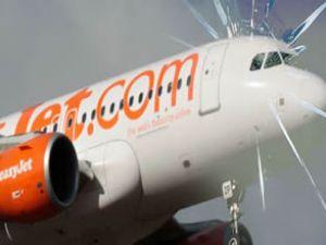 Pilotun çatlak cam anonsu panik yarattı