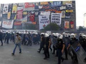 Polis pankartları indirmek için Taksim'de