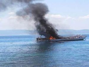 Kaçak göçmen taşıyan teknede yangın çıktı