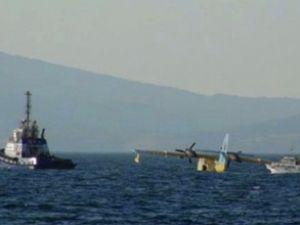 İzmir'de lastiği patlayan uçak denize indi