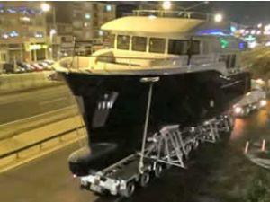 75 tonluk tekneyi E-5'ten denize indirdiler