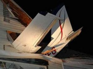 ABD'de küçük bir uçak eve çarptı
