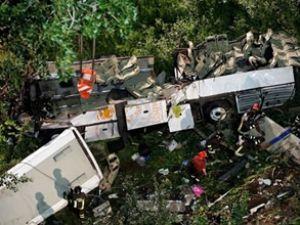 İtalya'da otobüs kazasında 38 kişi öldü
