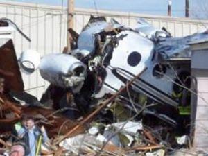 ABD'de uçak evlerin üzerine düştü!