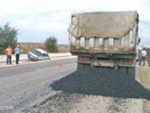 Yola saçılan asfalt kazaya neden oldu