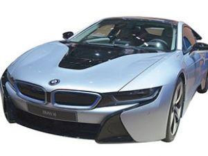 BMW i8 elektrikle 500 km gidebiliyor