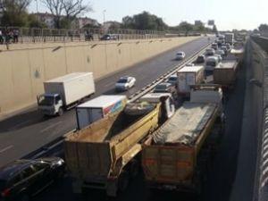 TEM'de kamyonlar eylem için toplandı