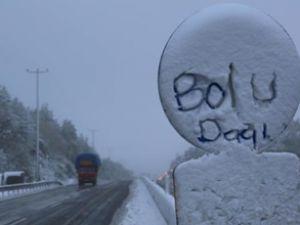 Bolu Dağı'nda ilk kar ulaşımı fena etkiledi