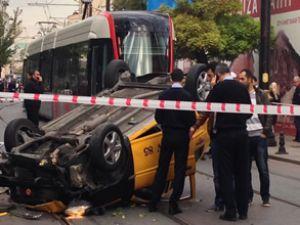 Tramvay yoluna giren taksi takla attı