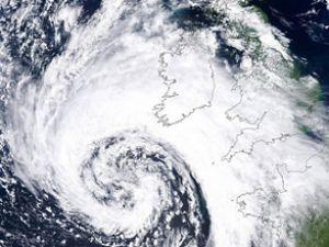 İngiltere şiddetli fırtına ile boğuşuyor
